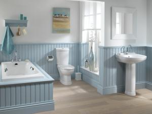 Angielska łazienka wykończona jasnoniebieską boazerią