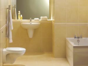 Elegancka łazienka w jasnożółtym kolorze