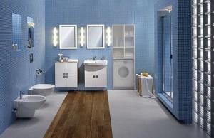 Pas drewnianej klepki w błękitnej łazience