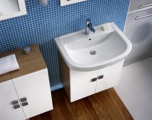 Drewniane białe meble do błękitnej łazienki