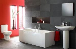 Połączenie czerwieni z szarością w łazience