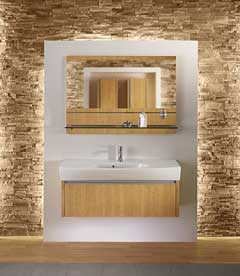 Strefa umywalkowa - umywalka Caprice i lustro ze szklaną półką na tle podświetlonej ściany wykończonej okładziną sahara