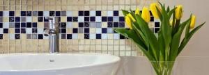 Pas kolorowej mozaiki nad umywalką