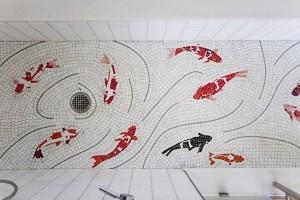 Mozaikowy wzór na podłodze łazienki