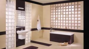 Aranżacja łazienki z wykorzystaniem szklanych pustaków
