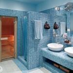 Łazienka wyłożona niebiesko-białą mozaiką