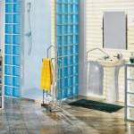 Kabina prysznicowa zbudowana ze szklanych pustaków