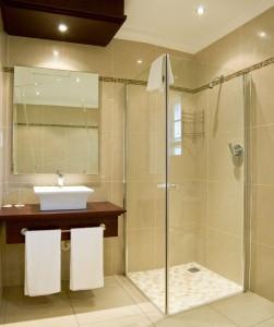 Szklana kabina prysznicowa w łazience w bloku