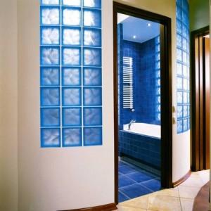 Szklane okienko z pustaków w ścianie łazienki