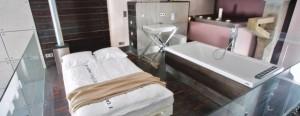 Łazienka i sypialnia na antresoli w lofcie