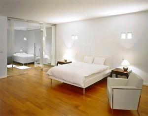 Łazienka przy sypialni oddzielona szklaną ścianą