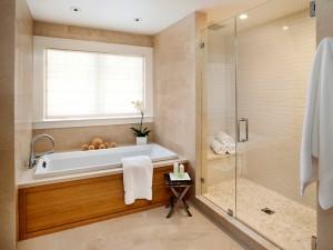 Kremowa łazienka z drewnianą obudową wanny