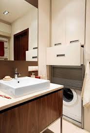 Żaluzjowe drzwiczki ukrywające pralkę w łazience