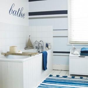 Marynistyczna łazienka w kolorach bieli i granatu