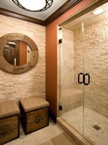 Kamień na ścianach i terakota na podłodze łazienki