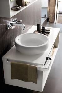 Wisząca szafka podumywalkowa z okrągłą nablatową umywalką projektu Antonio Citterio