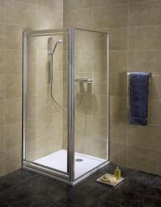 Kwadratowa kabina prysznicowa w rogu łazienki