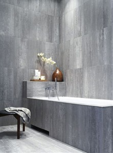 Szare matowe kafle na ścianach łazienki i obudowie wanny