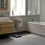 Szarość i drewno – modne połączenie w łazience