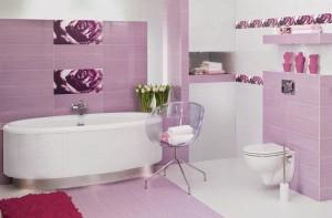 Pastelowa łazienka z dekorami w mocnym kolorze fuksji