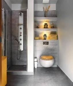 Dekoracyjne półki wnękowe nad sedesem w łazience