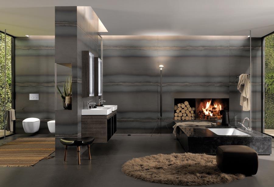Przestronny salon kąpielowy z kominkiem