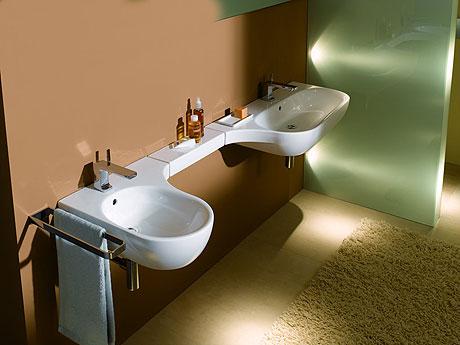Dwie umywalki połączone półką ceramiczną z serii Keramag 4U