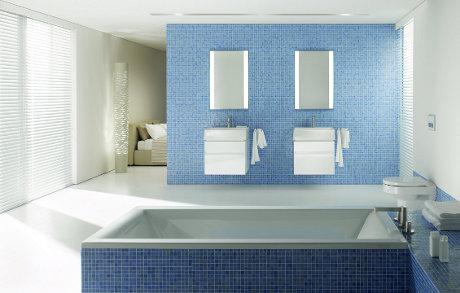 Dwie szafki podumywalkowe z umywalkami z serii KOŁO Quattro zamontowane jedna obok drugiej