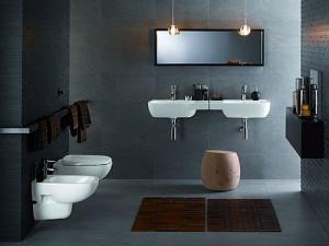 Dwie umywalki z serii KOŁO Style stykające się ze sobą i połączone jednym poziomym lustrem