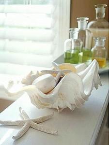 Morskie ozdoby dostępne w sklepach i galeriach ułatwiają zaakcentowanie stylu łazienki