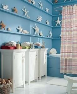 Morska łazienka urządzona z aranżacyjnym wyczuciem