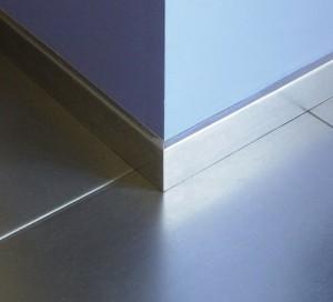 Płytki stalowe na podłodze