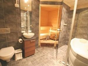 Sauna wkomponowana w całość aranżacyjną łazienki