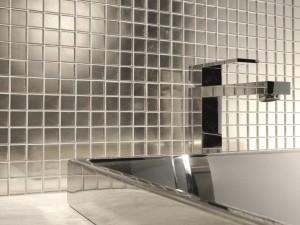 Mozaika szklana ułożona nad umywalką
