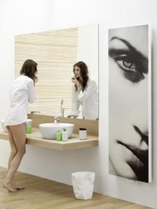 Duże lustro i oryginalny grzejnik z fotografią - przykłady elementów stylu fashion
