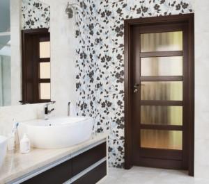Drzwi do łazienki z przeszkleniami