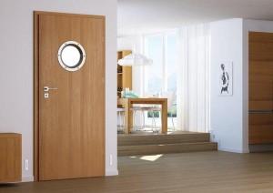 Drzwi do łazienki z okrągłą szybką u góry
