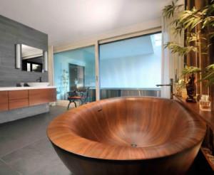 Salon kąpielowy z drewnianą wanną