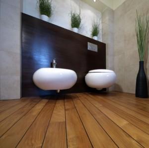Deski podłogowe z indonezyjskiego teaku w łazience