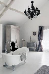 Stylowy salon kąpielowy z czarnym żyrandolem