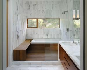 Drewniana ławka w łazience pełni rolę miejsca relaksu.