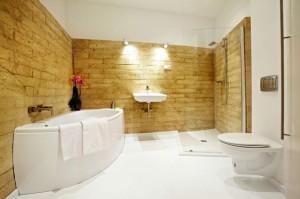 Biała bezspoinowa posadzka żywiczna w łazience.