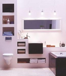 Wnęki w zabudowie zastępują standardowe meble łazienkowe.