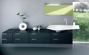 Skromne meble z zamykanymi szafkami - cecha minimalistycznej łazienki.