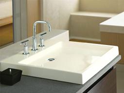 Prosta forma umywalki w minimalistycznej łazience.