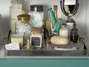 Metalowa taca z kosmetykami na pewno doda uroku każdej łazience.