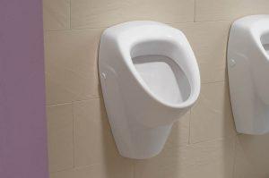 Pisuar w męskiej łazience