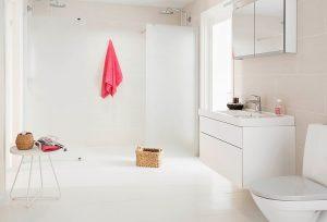 Białe drzwi do łazienki