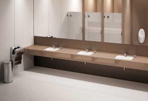 Przestronna, nowoczesna łazienka
